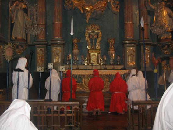 Les pénitents se recueillent dans la chapelle