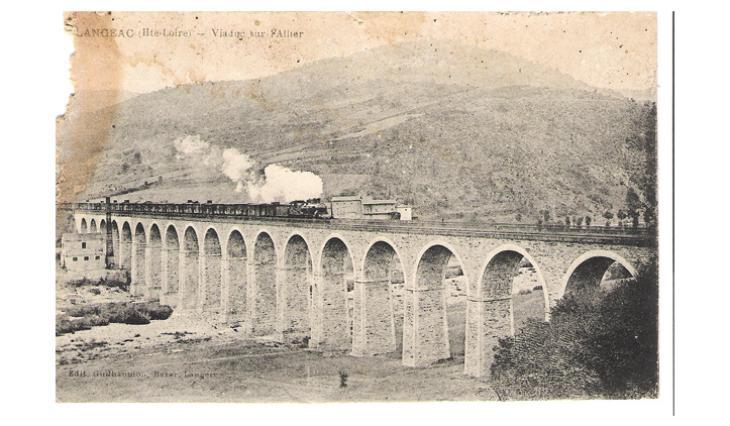 La locomotive à vapeur sur le viaduc de Costet à Langeac