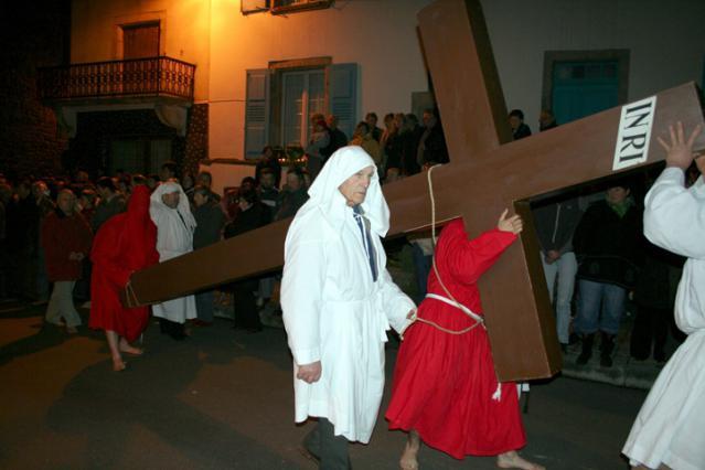 La procession du Jeudi Saint dans les rues de Saugues