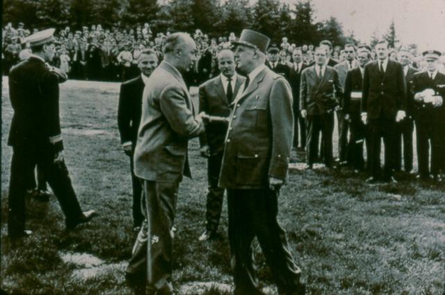 Poignée de main entre le colonel Gaspard et le Général de Gaulle en 1959