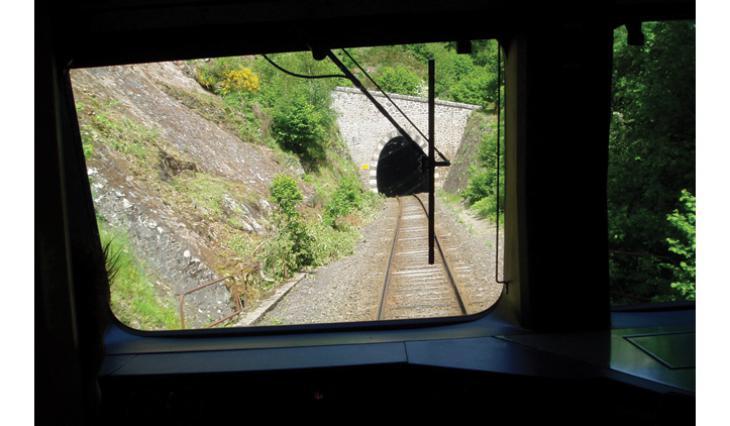 L'entrée d'un tunnel, vue de la cabine du conducteur