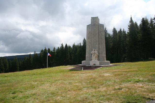 La clairière et le Monument National de la Résistance