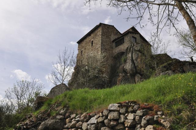 Maison forte à Charraix construite sur des tores granitiques