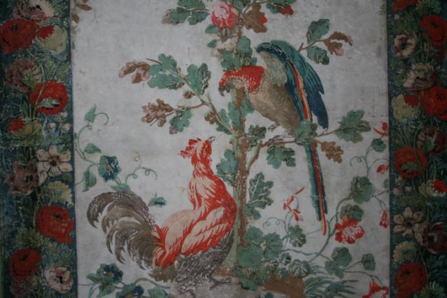 Le panneau au coq et perroquet