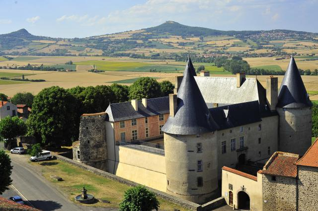 Château de Villeneuve et la plaine du Lembron