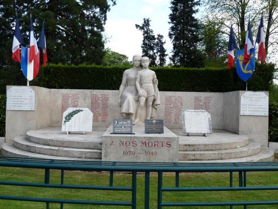 Monument d'Issoire, avenue de la gare - 1952 - - architecte Jean Dangon, sculpteur Raymond Coulon