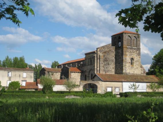 Abbatiale Saint-Pierre de Mozac - Vue du parc