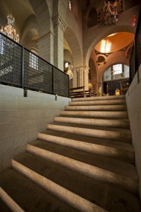 Entrée par l'escalier débouchant au milieu de la nef, cathédrale du Puy-en-Velay