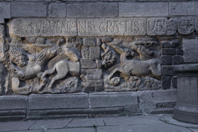 Remplois de blocs sculptés gallo-romains, chevet de la cathédrale du Puy-en-Velay
