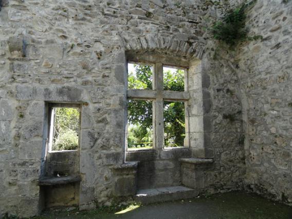 Miolans, fenêtre à coussièges ancienne cuisine