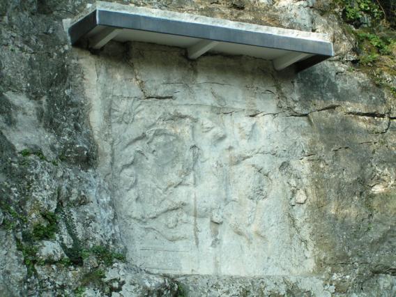 Photographie du bas-relief du dieu Mithra à Bourg-Saint-Andéol.