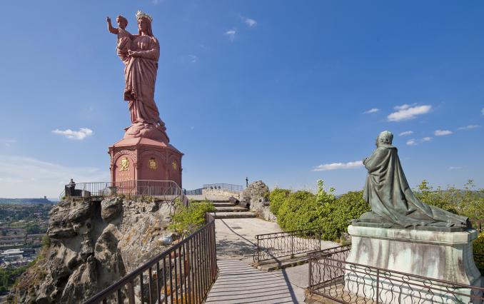 Monseigneur de Morlhon, commanditaire de la statue Notre-Dame de France et représenté à ses pieds