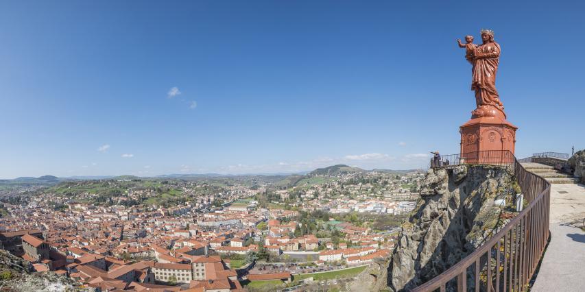 La statue Notre-Dame de France dominant la ville du Puy-en-Velay
