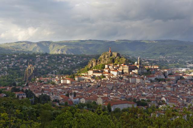 La ville du Puy dominée par la statue Notre-Dame de France