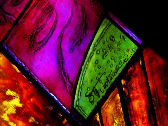 Détail d'un vitrail avec signature de Marino Di Teana