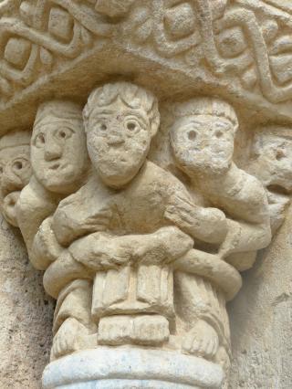 Chapiteau du portail de l'église de Mailhat
