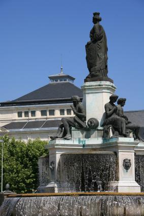 Fontaine Crozatier et théâtre du Puy-en-Velay