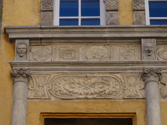 Détail du linteau des fenêtres, hôtel des Ganirol, rue Pannessac, Le Puy-en-Velay