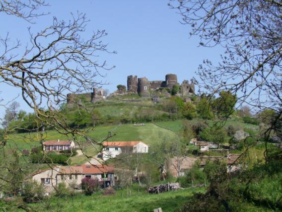 Vue sur le château de Mauzun
