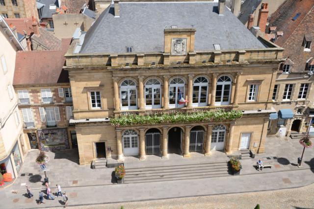 Façade principale sur la place de l'hôtel de Ville