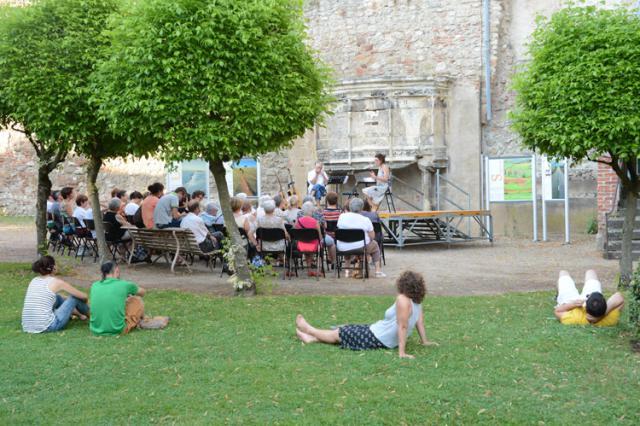 Lecture  musicale dans les jardins bas