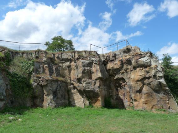 Ancienne carrière d'arkose à l'entrée de Montpeyroux
