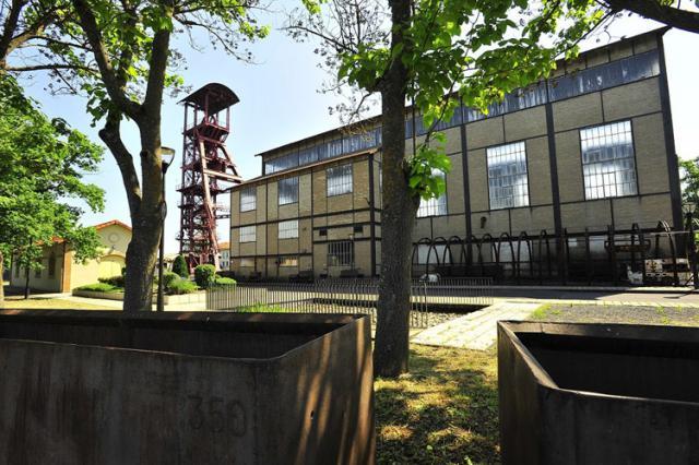 Chevalement et l'ancienne salle des machines devenue l'actuel musée du site de Bayard