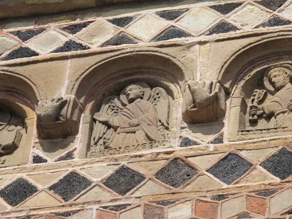 Portail de la chapelle Saint-Michel d'Aiguilhe, détail des niches au dessus du tympan