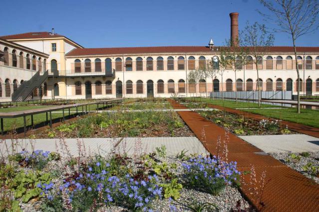 Façade et  jardin de la Cartoucherie.