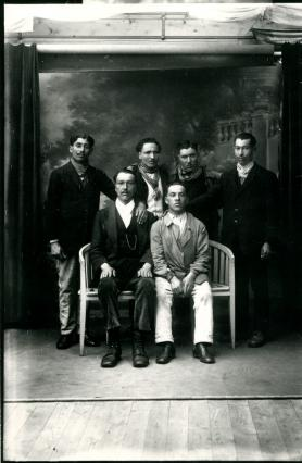 Portrait d'un immigrant nord-africain avec des amis, 1926