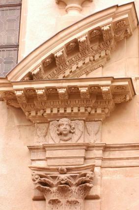 Détail du portail de la chapelle des Cordeliers.