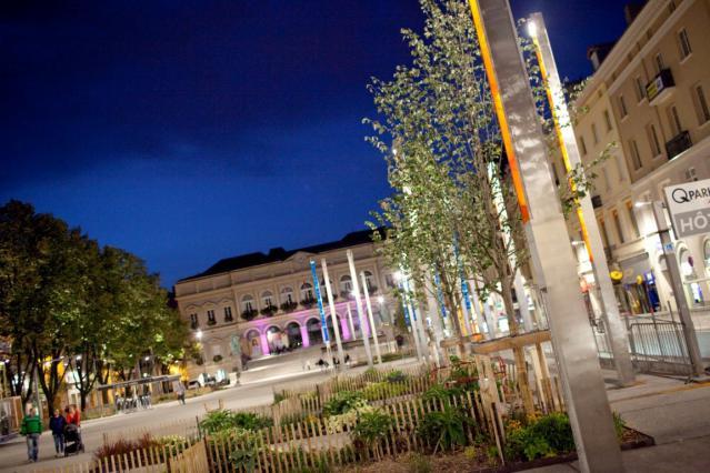 Les mâts lumineux de la place de l'Hôtel de Ville