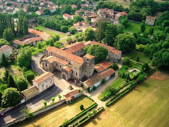 Vue aérienne de l'abbatiale Saint-Pierre de Mozac