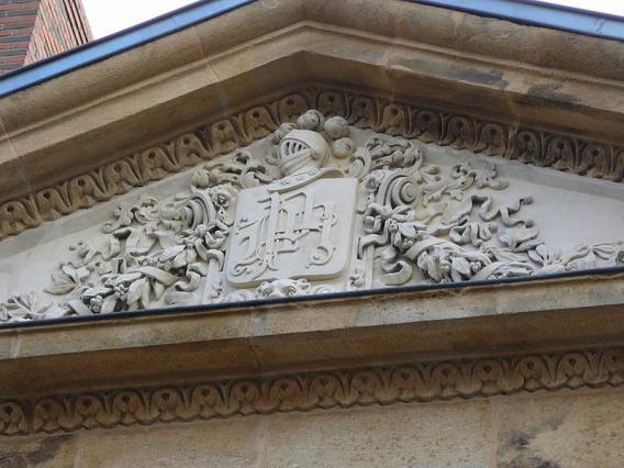 Fronton monogrammé Moreno de Mora, façade occidentale