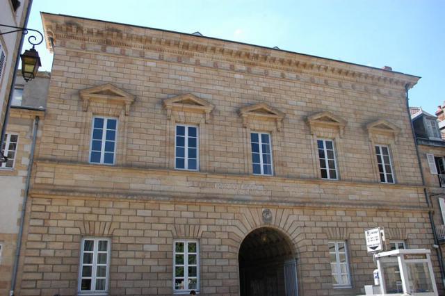 Façade de l'ancienne bibliothèque sur la rue Voltaire