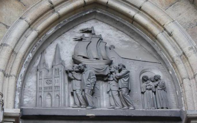 Sacré-Cœur, tympan avec bas-relief de la procession des mariniers