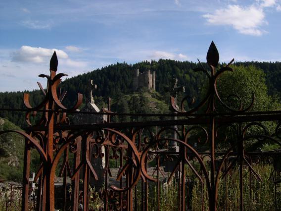 Château d'Alleuze depuis l'ancien cimetière