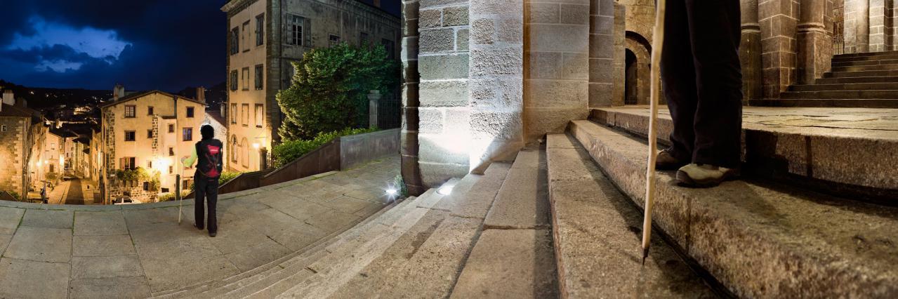 Pèlerins au départ de la cathédrale du Puy