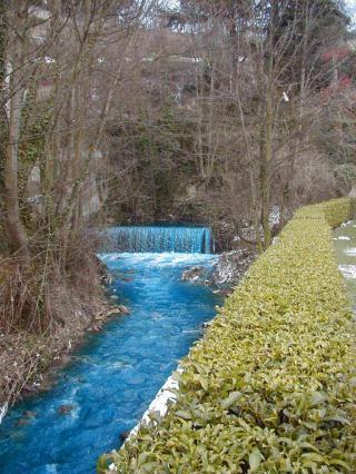 Coloration des eaux du Furan provenant d'une teinturerie avant son raccordement au réseau d'assainissement
