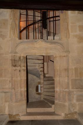 Porte surmontée d'un arc en accolade surbaissé donnant sur l'escalier à vis