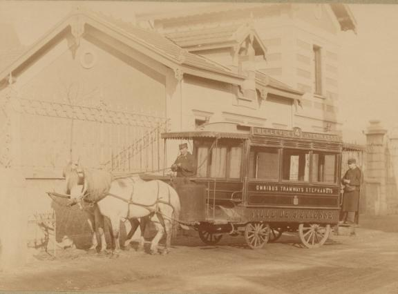 Omnibus tiré par des chevaux à la fin du 19e siècle