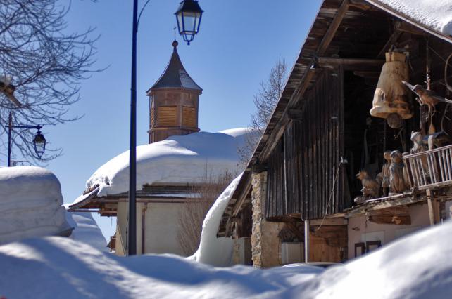 Crest-Voland, rue enneigée et église