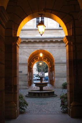 Cour intérieure avec fontaine donnant sur la place Marx Dormoy par un passage de style Renaissance