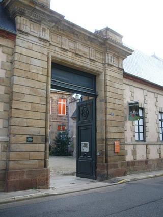 Porte monumentale donnant sur la rue Voltaire, écuries et cour