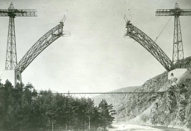 Construction de l'arc et le pont de service en bois