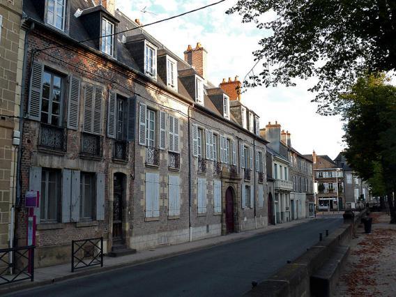Construction d'hôtels particuliers en bordure des cours au XVIII ème siècle. Hôtel de Montlaur