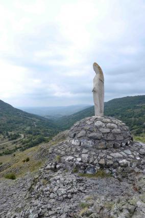 Vierge qui culmine au sommet du neck de Sceautres