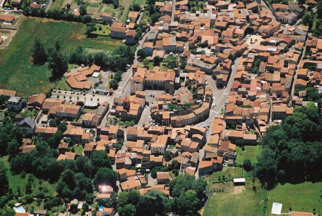 Vue aérienne du fort villageois de Plauzat