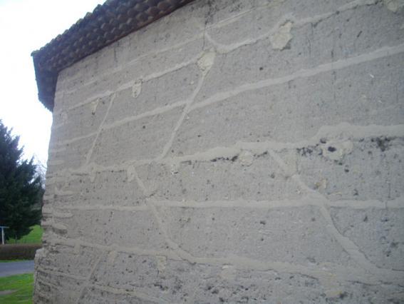Mur de grange en pisé à Glaine-Montaigut