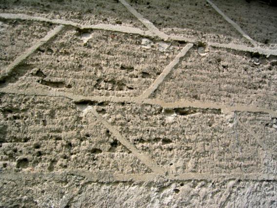 Détail d'un mur de grange en pisé à Glaine-Montaigut